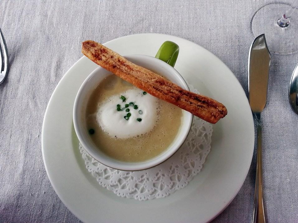 Spargelcremesuppe mit Käse-Nussstangerl