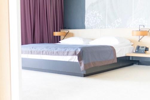lone-hotel_01