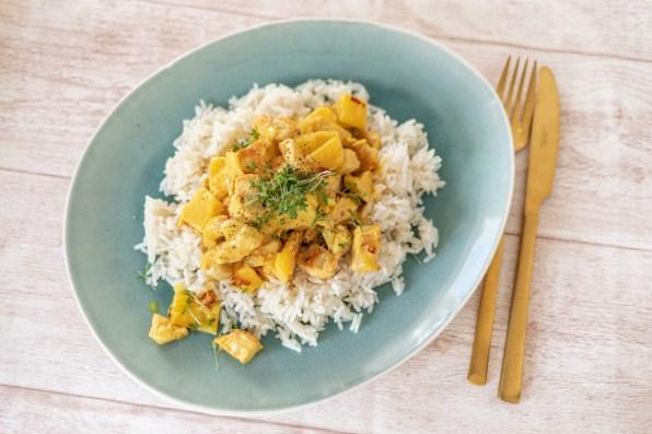 Currygeschnetzeltes mit Reis und Ananas