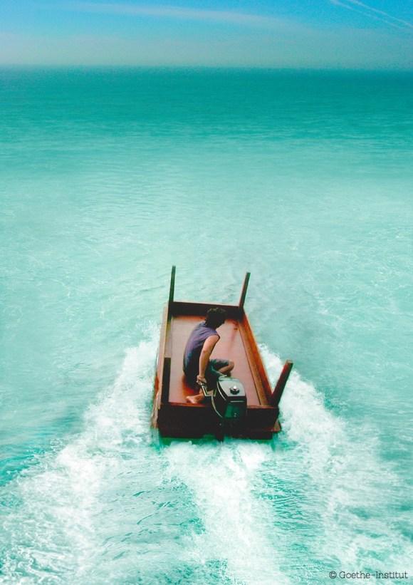En su trabajo, Allora y Calzadilla abordan la necesidad de negociación al convertir una mesa de dialogo en un bote.
