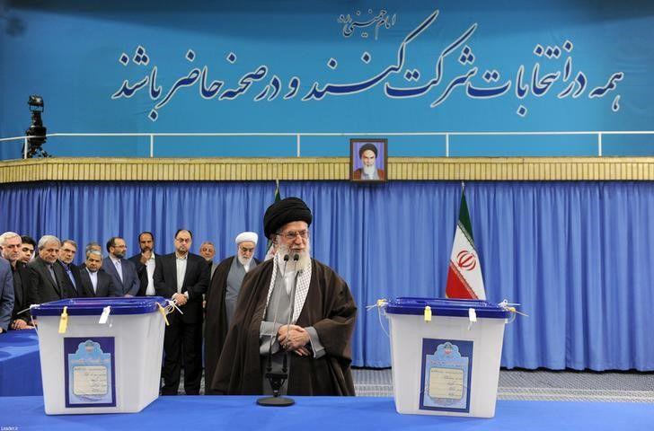 L'ayatollah Khamenei al voto. Foto REUTERS/leader.ir/Handout via Reuters