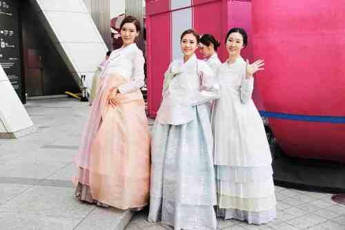 Korean girls wearing hanbok