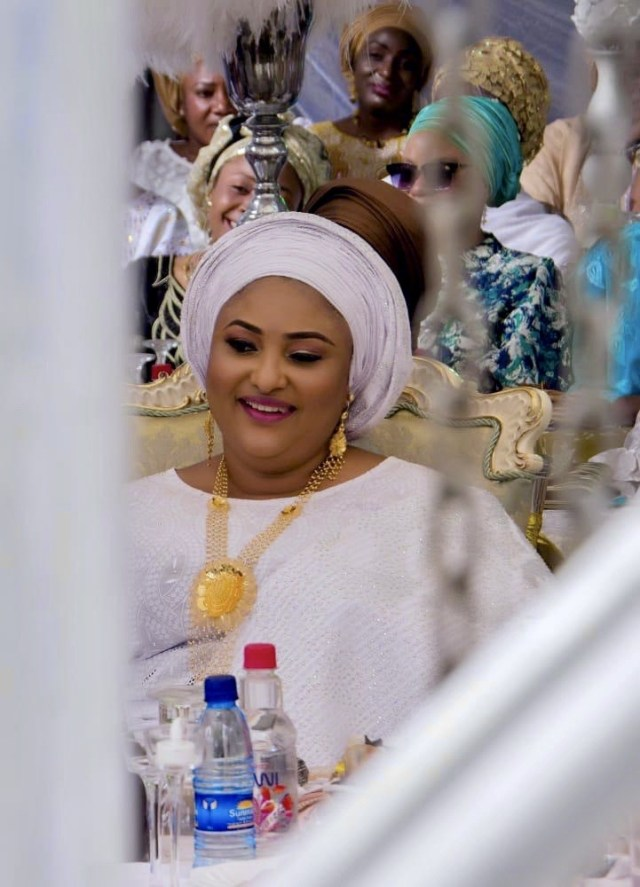 Check out the beautiful First Lady of kogi state looking Glamorously flamboyant in her white outfit for her brothers Wedding lindaikejisblog1