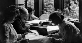 1905, Carin Lindholm, Carolina (Lina) Lindholm, Margit Lindholm (Ericsson), Sigrid Lindholm i arbete med Margits brudkista på Viktoriagatan 27 i Göteborg