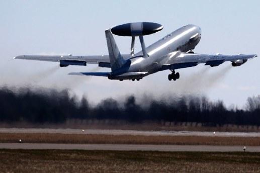 Natos AWACS-plan har normalt en besättning om 16 personer. Flygplan av denna typ, Boeing E-3A-Sentry, har använts sedan 1980-talet. Foto: MINDAUGAS KULBIS/AP