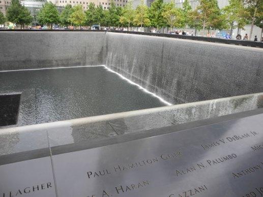Ground Zero idag, två stora slukhål som symboliserar al-Qaidas / bin-Ladins oändliga och obeskrivliga ondska.