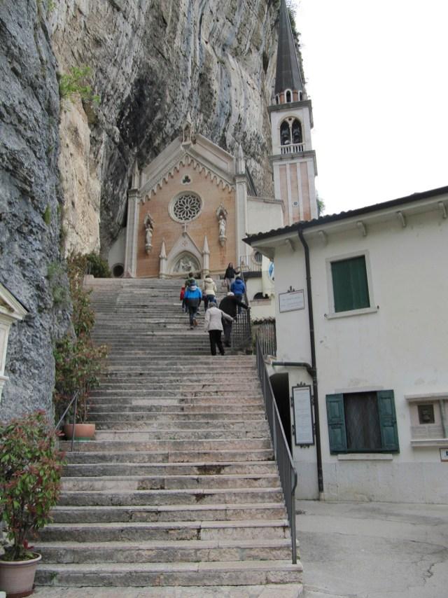 Der Treppenaufgang zur Wallfahrtskirche Madonna della Corona