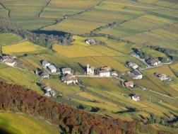 Die Ortschaft Söll mit in den Weinbergen bei Tramin