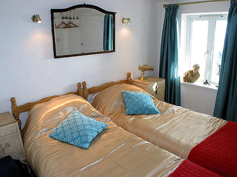 self catering cottage Cornwall - twin beds