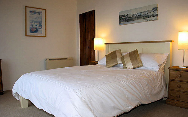 Pindos Cottage - master bedroom - self catering Cornwall