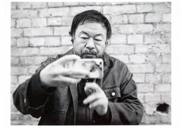 Ai Weiwei nel suo studio a Berlino - 2015 - ph: Alfred Weidinger on flickr