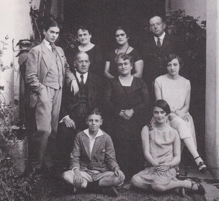 Guillermo Kahlo, Ritratto di famiglia con Frida vestita da uomo, Coyoacán, 1924 circa