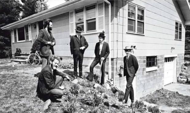 La Band al completo davanti alla Big Pink nel 1968