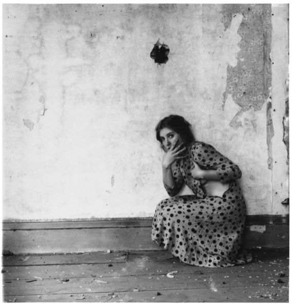 Francesca-Woodman-Polka-Dots-Providence-Rhode-Island-1976-stampa-alla-gelatina-dargento