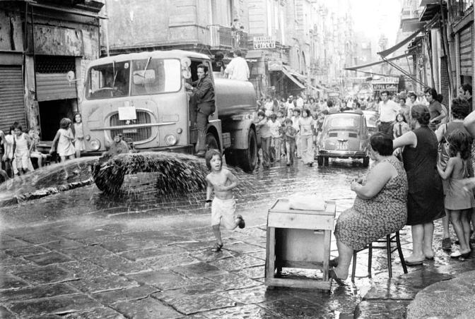 Disinfestazione_delle_strade_di_Napoli_durante_l'epidemia_di_colera_del_1973
