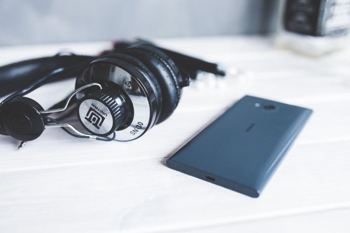smartphone-technology-music-white