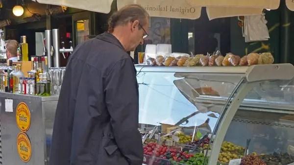 Marché Naschmarkt, Wien - devant les olives grecques