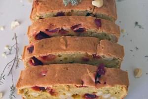 Cake végétarien à la betterave et aux noix de cajou, thym et fromage