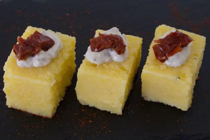 Petits cubes de polenta pour l'apéritif