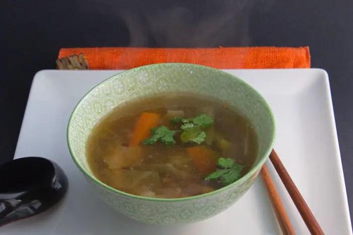 Bouillon parfumé aux épices asiatiques et aux légumes
