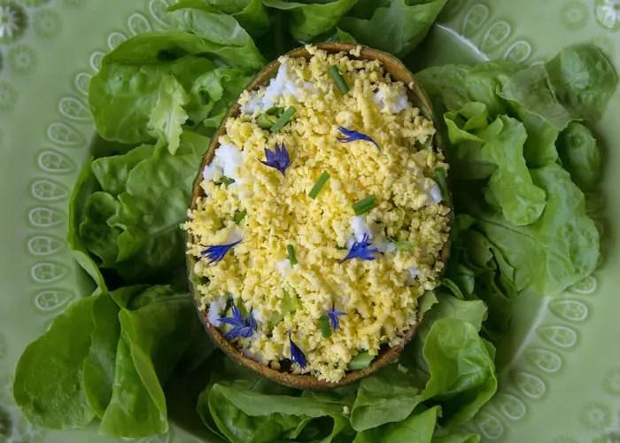Salade de Pâques aux flocons d'œuf et crème d'avocat