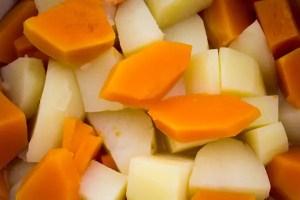 Cubes de pommes de terre et courge butent pour parmentier vergé