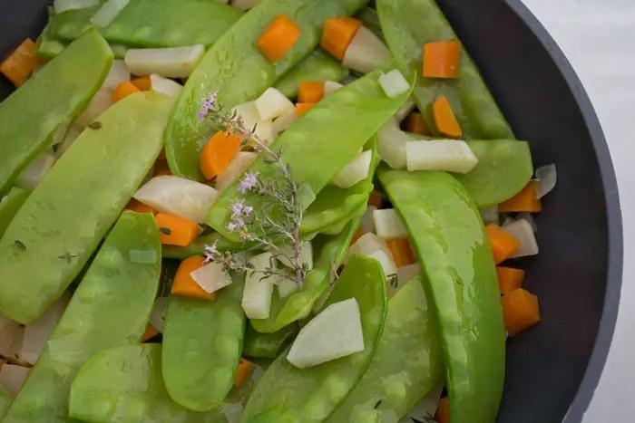 Poêlée de Pois gourmands, carottes, navets et oignons nouveaux
