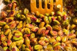 Verser les pistaches dans le sirop