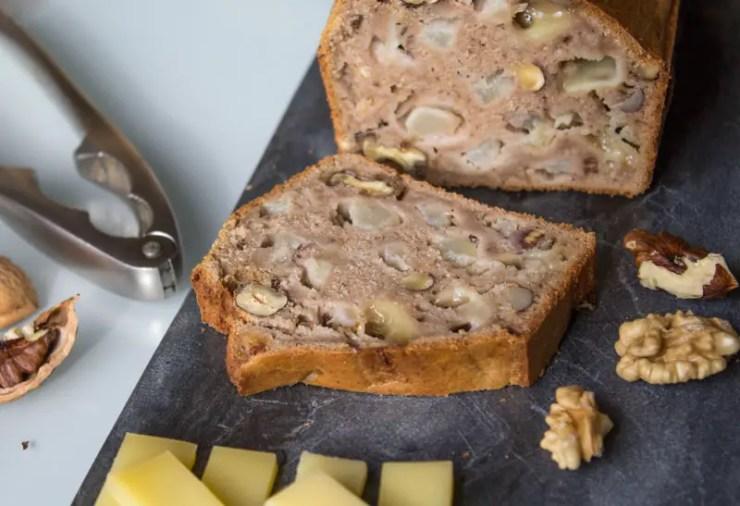 Cake à la farine de châtaignes, poire, noix, comté