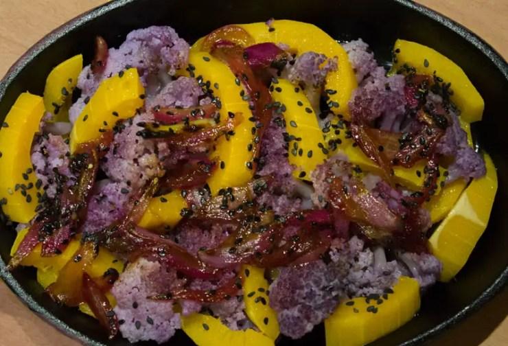 Chou fleur violet, courge butternut et oignons rouge rôtis au four
