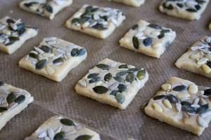 Biscuits d'apéritif aux graines encore crus