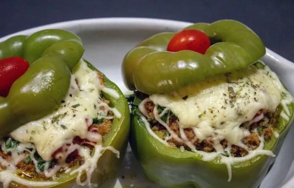 Poivrons verts rôtis farcis à la viande de dinde et tomate