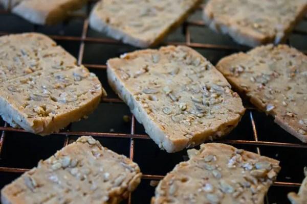 Sablés d'apéritif à la farine d'épeautre et aux graines sur une grille