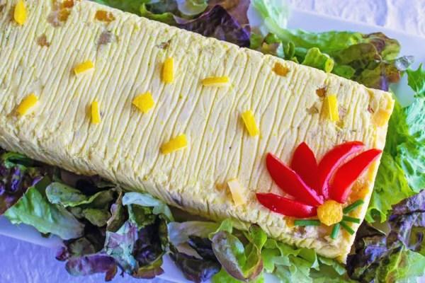 Terrine de poisson blanc marbrée sur lit de salade