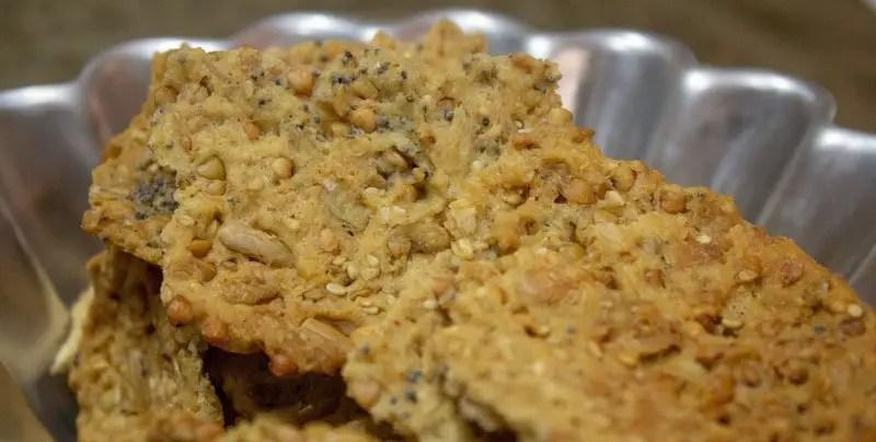 Gros plan sur les crackers aux graines et à la farine d'épeautre pour l'apéritif