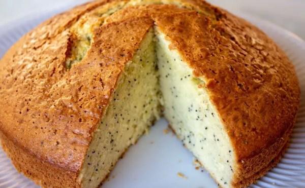 Gâteau presque entier au yaourt grec, jus de citron yuzu et graines de pavot