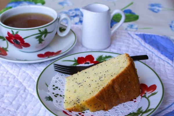 Tranche de gâteau au yaourt, jus de yuzu et graines de pavot