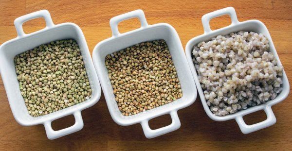 3 récipients avec des graines de sarrasin : crues, grillées, cuites