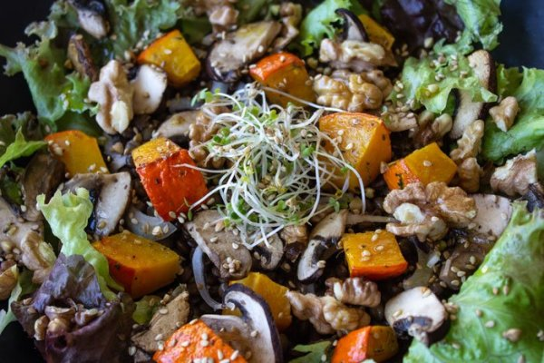 Salade d'automne au potimarron, champignons, lentilles et graines.