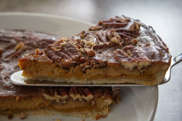 Part de tarte au potimarron, noix de Pécan et sirop d'érable
