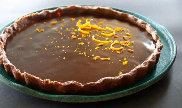 tarte au chocolat et à l'orange décorée avec des zestes