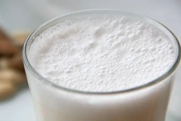 Verre de lait végétal d'amandes