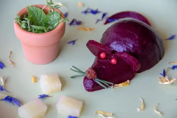 Une souris-betterave se promène sur une assiette