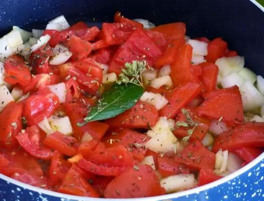 Oignons et tomates pour la ratatouille