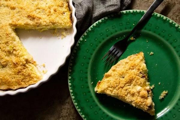Part de tarte aux poireaux et crumble