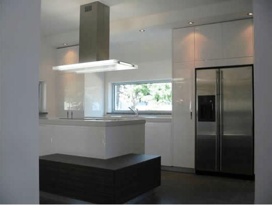 Tra basi e pensili in cucina lineatre arredamenti - Cucina con finestra ...