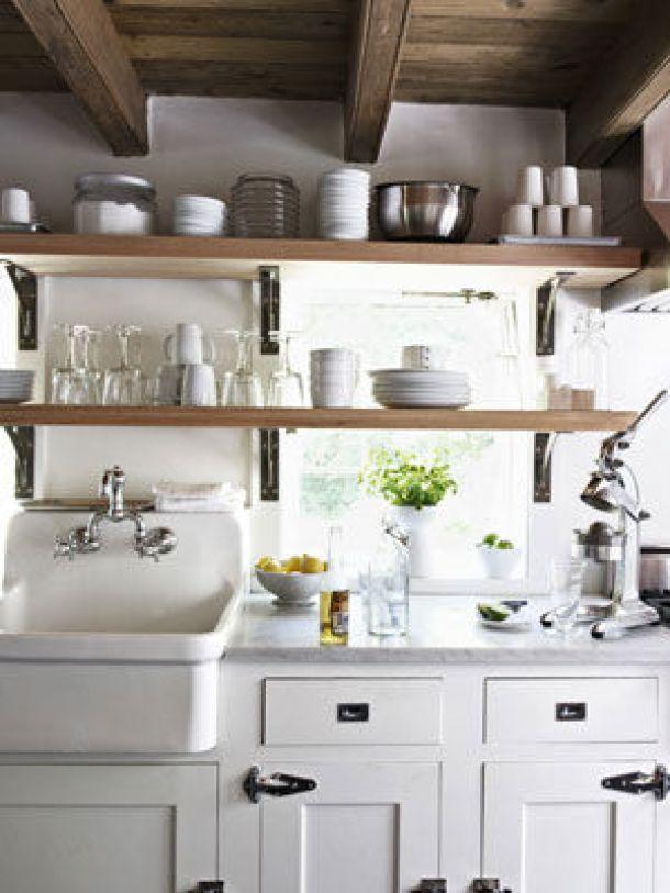 cucina-scaffali-con-finestra