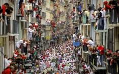 crowds-on-balconie_2273911k