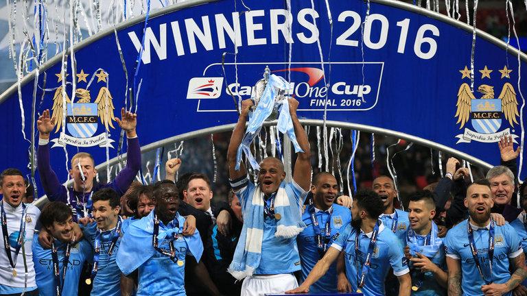 City levantando o único troféu conquistado em 2015/2016. Ainda assim, temporada é considerada boa.