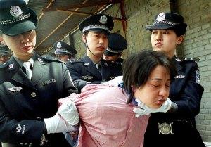 foto articolo donne cinesi torturate